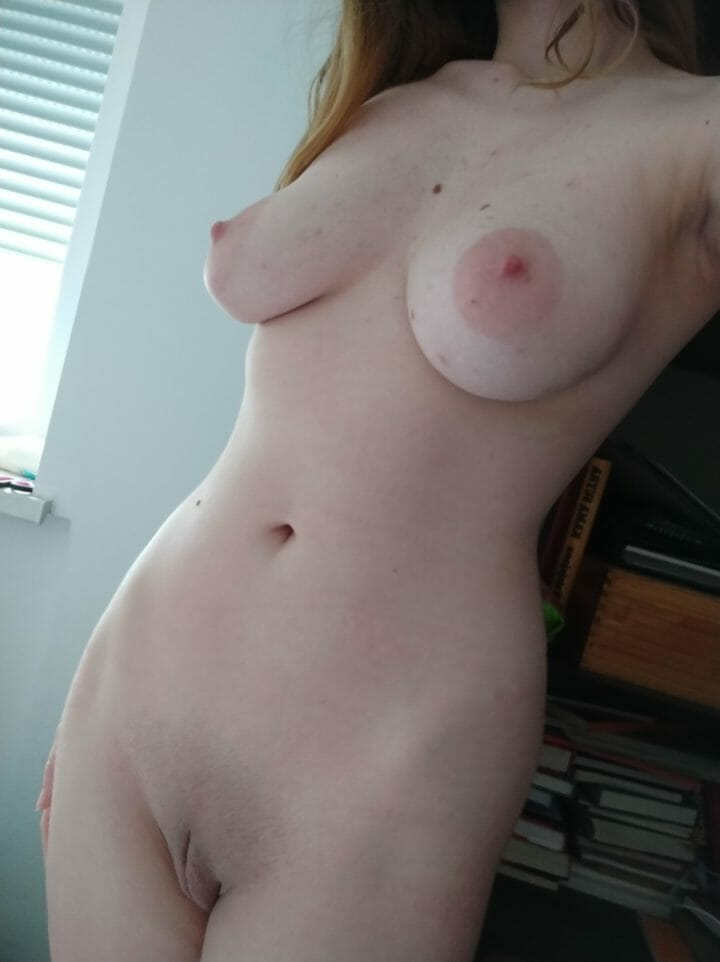A slender body with big tits 😘